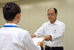 外国人技能実習生の労働条件の改善などに関する要請書を手渡す東島浩幸弁護士(右)=佐賀県庁