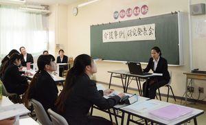 スライドを見せながら、介護計画を報告する学生=佐賀市の佐賀女子短大