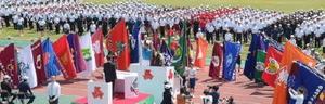 総合開会式には1638人の選手が参加し、大会で全力を尽くすことを誓い合った=佐賀市の県総合運動場陸上競技場