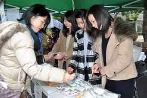 栄西茶を使って開発した洋菓子を販売する西九州大学の学生たち=吉野ケ里歴史公園