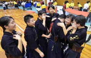 全国中学校体育大会剣道競技・女子団体で優勝し、うれし涙を流す大和の選手たち=佐賀市の県総合体育館)