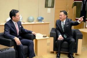 山口祥義知事に唐津市長選当選の報告とあいさつに訪れた峰達郎氏(右)=佐賀県庁