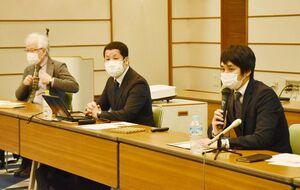 子どもシェルターの設立に向けた思いを語る下津浦公弁護士(右)=佐賀市文化会館