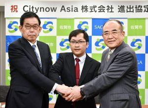 (右から)協定を結んだ秀島敏行市長、ファン・トゥアン・タイ代表取締役、佐賀大学の宮﨑耕治学長=佐賀市役所