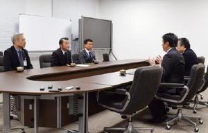 玄海原発3、4号機の再稼働に向けた地元同意手続きについて、県に唐津市の意見を考慮するよう求める坂井俊之市長(左列の中央)=6日、佐賀県庁