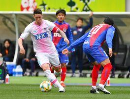 鳥栖-F東京 前半、ドリブルで攻め込む鳥栖FWトーレス(左)=東京都の味の素スタジアム