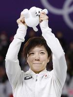 スピードスケート女子500メートルで金メダルを獲得し、表彰台で目を潤ませる小平奈緒=江陵(共同)