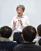 大学入試改革について話す平田オリザさん=佐賀市の佐賀大学本庄キャンパス
