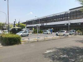 駐車場が中央にある改修前の佐賀駅北口広場。交差点が二つあり、信号待ちの車両や歩行者が目立った(佐賀市提供)