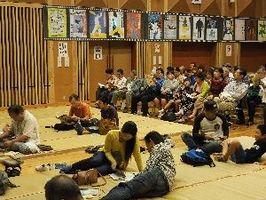 ござ席に座るなど、ゆったりとして上映の開始を待つ来場者=佐賀市富士町のフォレスタふじ