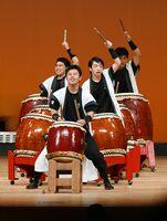 1列に並ぶ独自のスタイルで伝統曲「飛龍」を披露する伊万里農林高の生徒=武雄市文化会館