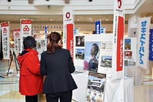 住宅メーカー6社がブースを出展、相談に応じた=佐賀市のイオン佐賀大和店