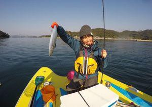 (古川陽進さん提供)SUPボードの上で釣りを楽しむツアー参加者。古川さんは「歩いて行くことのできない場所では釣果が期待できる」と話す