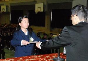 卒業証書を受け取る卒業生=佐賀市の城南中学校