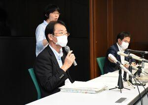 新たな感染者について説明する佐賀県の大川内直人健康福祉部長(左)=29日夕、県庁
