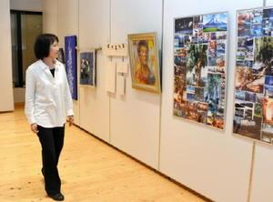 今年で40回目を迎えた小城高美術部OBによるグループ展。日展特選者を輩出するなどレベルの高い作品が並ぶ=小城市の「ゆめぷらっと小城」