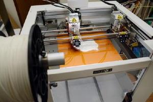 細いワイヤーのような樹脂を熱で溶かしながら、立体物を作っていく3Dプリンター