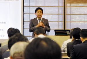 働き方改革関連法のポイントなどを語る佐賀労働局の担当者=佐賀市文化会館