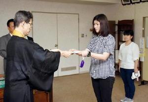後藤明信学長から奨学生証を受け取る松田宝子さん(中央)、末下日向子さん(右)=鳥栖市の九州龍谷短大