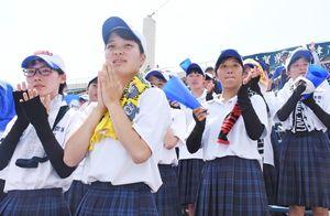試合終了後、拍手でナインの健闘をねぎらう唐津商応援団=佐賀市のみどりの森県営球場