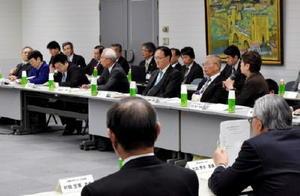 玄海原発再稼働に関する委員会で疑問点や意見を述べる委員たち=県庁