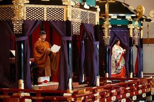 「即位礼正殿の儀」で、即位を宣言される天皇陛下。奥は皇后さま=22日午後1時17分、宮殿・松の間