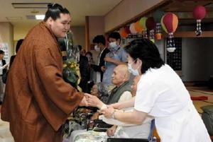 施設利用者と握手を交わして九州場所での応援に感謝した照ノ富士関=佐賀市兵庫町の介護老人保健施設「みどりの園」