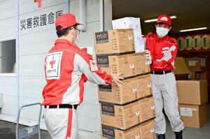 医療資器材などを運ぶ職員ら=佐賀市の日赤佐賀県支部