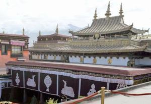 中国チベット自治区ラサ中心部にあるチベット仏教寺院ジョカン寺=2011年8月(共同)