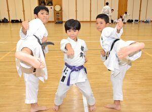 空手の全国大会で好成績を残した(左から)白水姫星さん、白水和心さん、生島弘翔君=神埼市の神埼中央公園体育館