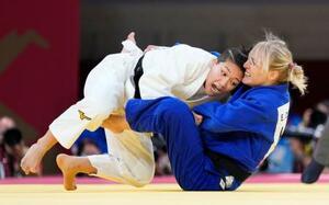 女子48キロ級 初戦の2回戦でハンガリー選手(右)を攻める渡名喜風南=日本武道館