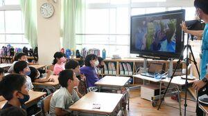 神埼清明高の畑で採れた大きなピーマンに驚く児童たち=佐賀市の西与賀小