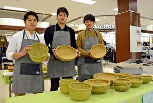 ソウケを手に魅力をアピールする上田英知さん(左)、開智志さん(中)、上村大地さん=佐賀市のモラージュ佐賀