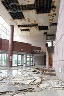唐津市のひれふりホール、当面利用停止 台風で屋根めくれ雨…