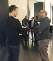 ジャイアンツのザイディ編成本部長(右)と話し合うマリナーズのディポト・ゼネラルマネジャー=11日、米ネバダ州ラスベガス(共同)