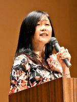 「子どもの声なき声を聞いて」と語る香葉村真由美さん=佐賀市のメートプラザ佐賀