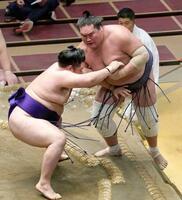 明生(左)が下手投げで照ノ富士を破る=両国国技館