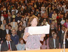 入学生を代表して山口祥義学長に宣誓文を読み上げる西村ミツルさん=佐賀市文化会館
