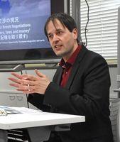 英国のEU離脱について講演したスティーヴン・デイ教授=佐賀市の県国際交流プラザ