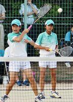 ソフトテニス女子決勝リーグ・多良-小城 2連覇に貢献した多良の島内美智子(左)・林田真奈組=鹿島市北公園テニスコート