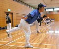 ダッシュをこなした直後に、体幹トレーニングをする兵庫ブルーサンダーズの井川慶選手(手前)ら=佐賀市の県総合体育館