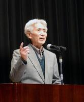 仲間同士の語り合いが支えになったと語る古賀吉光さん=佐賀市の県立美術館ホール