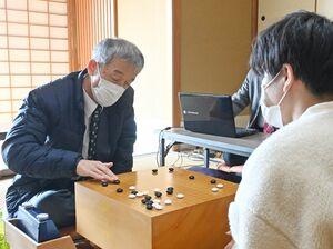 4年ぶり4度目の県アマ囲碁最強者になった橋口正さん(左)=佐賀市の茶室「清恵庵」