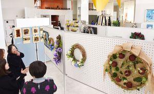 「空に遊ぶ」をテーマに開かれている「フラワーデザイン展」=佐賀市の佐賀バルーンミュージアム