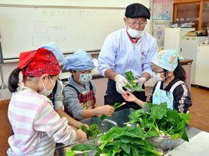 しゃぶしゃぶにして味わう前に、野菜を丁寧に洗う子どもたち