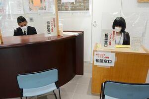 21日に開設された新型コロナワクチン接種の相談コーナー=佐賀市役所1階