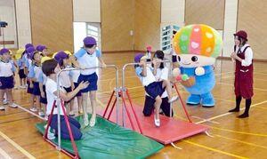 県が配信している「さがっぴぃチャレンジ」。県内の幼稚園などで挑戦する子どもを応援する番組になっている(佐賀県提供)