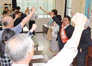 参院選比例区の事務所開きでガンバロー三唱する支持者ら=佐賀市の佐賀民主会館