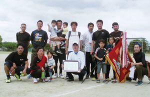 高木瀬体育協会競技大会・成人ソフトボール優勝の平尾チーム