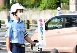 ドライバーらに安全運転を呼び掛ける警察学校の初任科生=佐賀市日の出